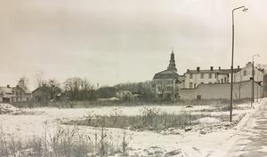 Bildtext 1963. En del av hantverkstomten i Köping, centralt belägen mellan Västra Långgatan, till höger på bilden, och Arbogavägen (vid bebyggelsen till vänster). Foto: VLT:s arkiv