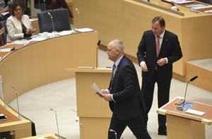 Jonas Sjöstedt (V) och statsminister Stefan Löfven (S) under onsdagens riksdagsdebatt 16/10. Foto: Fredrik Sandberg / TT.