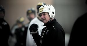Esa Määttä tog elitserien med storm under sitt första år som tränare i svensk bandy. Finländaren stannar i Sirius i minst en säsong till.