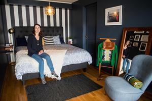 Sovrummet har en lyxig hotellkänsla med utgång till den nybyggda altanen.