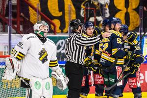 AIK lämnade ofta sin hockeyallsvenska debutantmålvakt Edvin Olovsson ensam mot SSK-anfallet. Foto: Maxim Thoré / Bildbyrån