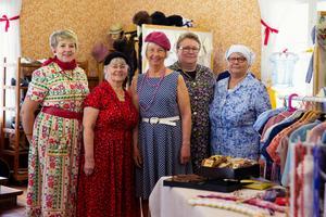 Irene Jonsson, Karin Hellström, Siv Björklund, Nissa Lotti Hansson och Kristina Björklund har hjälpts åt med utställningen.