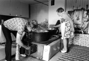 1978 besökte ÖP Tjockmjölksbodarna och träffade det pensionerade paret Ester och Anders Olofsson som för tredje året i rad lämnat hemmet i Nynäshamn för att återuppliva de gamla kulturtraditionerna .  De var båda två uppväxta i Jämtland och hade spenderat många somrar på fäbodvallar. På bilden kokas det messmör för fulla muggar.