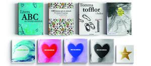 Sex stycken böcker har det blivit genom åren för Anette Holm. Den senaste ges ut i olika färger beroende på läsarens humör eller smak. Foto:  Erika Holm
