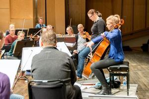 Vid konserterna med Nordiska Kammarorkestern spelar hon Tobias Broströms cellokonsert, som skrevs för den alltför tidigt bortgångne svenske cellisten Mats Rondin.