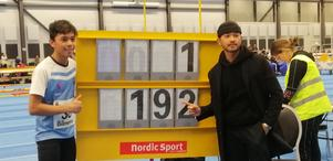 Gefle IF:s Thirachai Schröder (t v) poserar vid tavlan för nya klubbrekordet i höjd för P15 – brorsan Natthaphon (t h) hade det tidigare. Foto: Filip Almgren