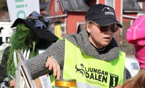 Sara Stierna sålde under torsdagen besöksnäringens utbud i Ånge kommun till fjällturister, men också andra tillfälliga besökare som flög förbi (se i bakgrunden).