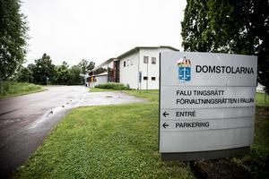 En man från Borlänge har åtalats vid Falu tingsrätt misstänkt för fyra brott begångna mot en kvinna. Det handlar om misshandel, olaga hot, olaga tvång och övergrepp i rättssak.
