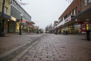 Gågatan i Söderhamn är ganska öde en grå måndagsförmiddag i november.