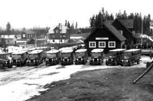 Röjan var lite av en knutpunkt för  resenärer till södra Jämtland och Härjedalen. Därför behövdes en stor busspark som kunde ta folket som kom med tåget vidare. bilden tagen i början av 1930-talet.