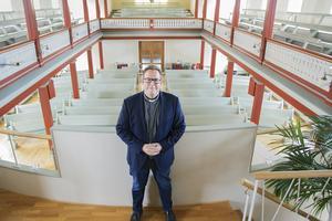 Erik Lennestål trivs i det ljusa kyrkorummet i Equmeniakyrkan.