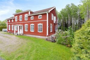 Foto: Malin af Kleen/ Bostadsfotograferna. Den före detta skolan i Dalkarlsberg  är byggd 1832.