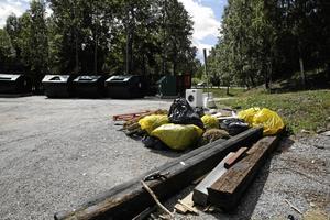 Återvinningsstationen i korsningen Saltskogsvägen–Stålhamravägen är ofta nedskräpad. Så här såg det ut sommaren 2017 där någon lämnat av bland annat en tvättmaskin.