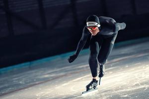 Adam Axelson slog personliga rekord och svenska årsbästan på såväl 500 som 1 000 meter på den snabba isen i Calgary i helgen. Arkivfoto: Valentin Baat