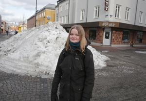 Här i korsningen Storgatan-Carlavägen i centrala Ludvika hoppas Sanna Mattsson att massor av människor samlas med plakat och manifesterar klimathotet på fredag eftermiddag.