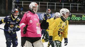 Patrik Hedberg, ny från Hammarby, i 3–3-premiären borta mot Ljusdal. På bilden även Ljusdals Caspher Ekström, i fjol inlånad till elitserielaget Falu BS.