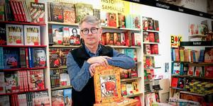 Stefan Andersson, en av två delägare i Ewerlöfs bokhandel, fyller snart 65 år men vill gärna fortsätta jobba några år till.