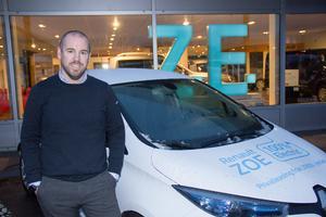 Daniel Kraft, försäljningschef på Bilbolaget i Gävle, visar Renault Zoe, en elbil som ska klara cirka 30 mil på samma laddning.