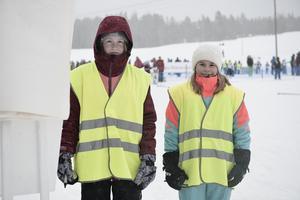 Linnea Sunde och Tilde Lindholm från Norra skolan höll koll på tider och åkare under loppet.