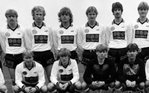 Mikael Larsson (trea från vänster i övre raden) tillsammans med spelare som Olle Perätalo, Bo