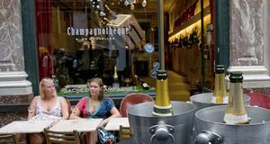 Lite överallt i Bryssel finns möjligheten att läska sig på stadens många Champagne-barer, men få är så trevliga som Champangoteque i Galeries St Hubert.
