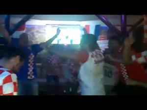 Glädjescener i Sukošan, utanför Zadar i Kroatien efter landslaget vinst mot England i fotbolls-VM. Foto: Privat