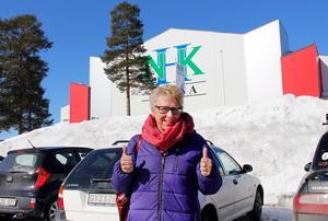 En glad och lycklig Lindstrand framför arenan som kommunen äger.