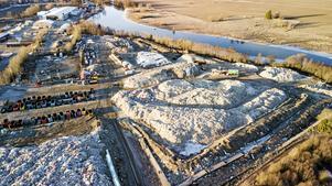 Hur kan det vara tillåtet att bygga ett berg av sopor? Bilden tagen i april, men nu är det ännu mer sopor enligt skribenten.