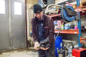 Mats Holmstedt visar en rullborrkrona som används när det ska borras i berg.