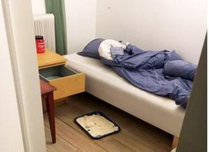 """Vid 58-åringens säng låg en överfylld bricka med kokainblandat pulver. """"För eget bruk"""", hävdade 58-åringen. Men tingsrätten menar att han överlåtit knark i försäljningssyfte. Foto: Polisen"""