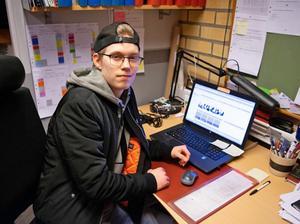 Anton Sundström tillbringar två dagar i veckan på Ådalsskolan, övrig utbildningstid sker på praktikföretaget. Foto: Erik Åmell