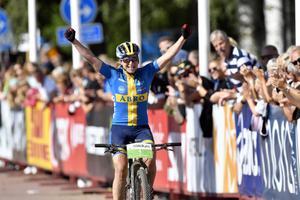 Jennie Stenerhag, Falu CK, vinner Cykelvasan och får jubla och rulla först in i mål,  det när damerna för första gången fick starta 45 minuter före herrarna.
