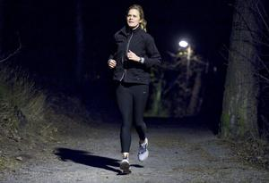 Det har blivit långt mellan de fungerande ljuskällorna längs med Karlslundsspåret i Örebro.