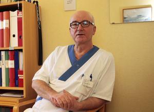 Läkaren Zafer Mourad har som motto att varje dag lära sig något nytt. Just den här dagen var det att behålla sitt goda humör trots extrem press.