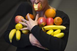 Bara fyra av tio känner till hur mycket grönsaker och frukt vi bör äta enligt rekommendationerna. Foto: Fredrik Sandberg/TT