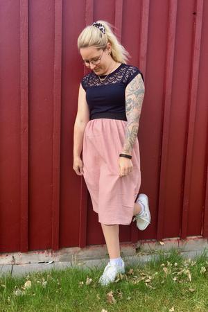 """Kjolen i rosa muslintyg har Camilla Ring själv designat. """"Jag tycker mycket om det mjuka tyget i den och så passar den alla storlekar"""", säger hon."""
