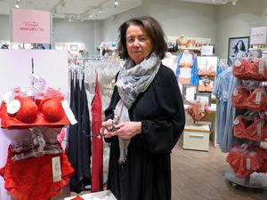 Karin Lundberg, butikschef på Triumph, säger att specialbutikens styrka är att kunderna kan prova så att de får rätt storlek.