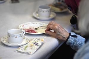 Det kan ta emot att äta och dricka i värmen på äldreboenden.Foto: Pontus Lundahl/TT