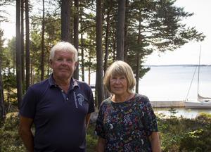 Torbjörn och Birgit Hillberg föll direkt för stugan på Skatön. Nästa år firar de att de haft den i tjugo år.