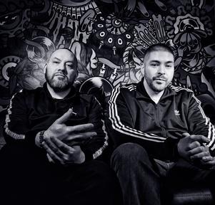 Hiphop-artisterna Salla Salazar (vänster) och Masse Salazar (höger) kommer vara workshopledare med hiphopbussen under Augustiturnén. Fotograf: Camilla Cherry