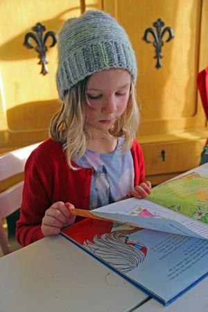 I ett skåp intill matbordet har Malva och Mio sina skolsaker. Malva gillar att pyssla och rita.