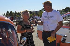 Yvonne Nordén från Ljusdal berättar om sin bil för Lars-Åke Krantz.