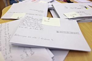 I kuvert som göms finns en pusselbit. Hittar du ett kuvert så kan du lämna in pusselbiten på biblioteket i Lindesberg.