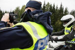 Vid halvåttatiden på tisdagen,  i Tallen på väg från Falun till Borlänge, kör så många för fort att MC-polis inte hinner ut för att stoppa alla.