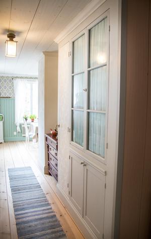 I gången mellan hallen och köket har Max platsbyggt ett skåp och gjort dörrar av gamla fönster.