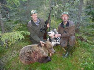 Här sitter Leif och kompisen Andreas Nilsson vid Björnen som han överlät till sina kompisar i jaktlaget.