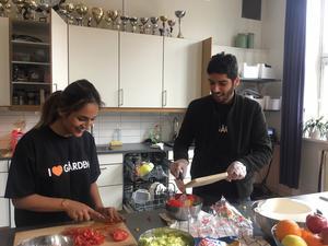 Kuestan Rahmani och Kamyar Fahah lagar mat åt kompisarna inne på Centralen.