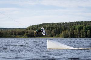 Charlotte Strandlund svävar över vågorna.