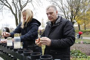 Lena Löthman och Anders Karlsson var två av många, många som tände ljus i minneslunden i Köping.