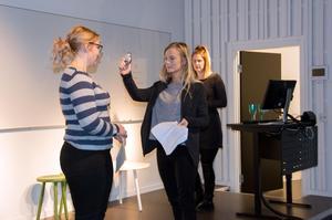 Frida Lindberg, Maja Tundal och Linda Idenfors är tre av de förskollärarstudenter som får göra teaterövningar i utbildningen tillsammans med länsregissör Iso Porovic.